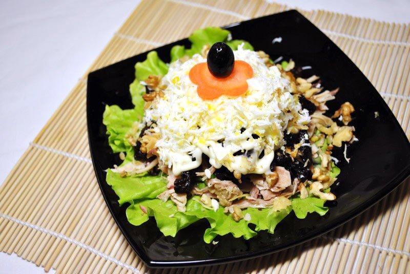 Блюда готовят слоями или продукты просто нарезают и смешивают с заправками на основе йогурта, майонеза, сметаны или готовых соусов.